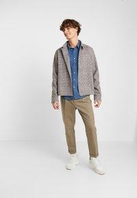 Levi's® - SUNSET SLIM - Skjorta - modern indigo rinse - 1