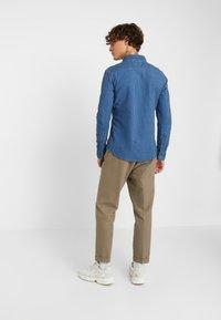 Levi's® - SUNSET SLIM - Skjorta - modern indigo rinse - 2