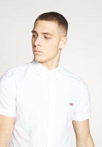 Levi's® - BATTERY SLIM - Koszula - white - 4