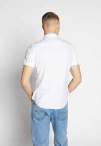 Levi's® - BATTERY SLIM - Koszula - white - 2