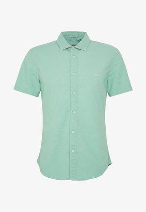 BATTERY SLIM - Skjorte - creme de menthe