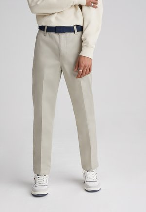 XX CHINO STR CROP II - Chino - sandhill poly twill press