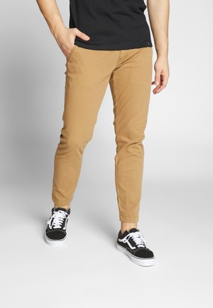 Chinos - desert boots shady