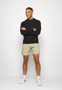 Levi's® - LINED CLIMBER - Shorts - sand - 1