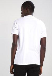 Levi's® - T-shirt med print - white - 2