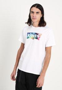 Levi's® - HOUSEMARK GRAPHIC TEE - T-shirts print - white - 0