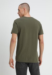 Levi's® - HOUSEMARK GRAPHIC TEE - T-shirt imprimé - tech olive night - 2