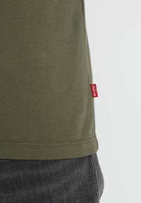 Levi's® - HOUSEMARK GRAPHIC TEE - T-shirt imprimé - tech olive night - 3