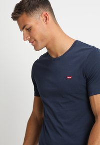 Levi's® - CREWNECK TEE 2 PACK - Basic T-shirt - two pack crew dress blues + dress blues - 4
