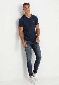 Levi's® - CREWNECK TEE 2 PACK - Basic T-shirt - two pack crew dress blues + dress blues - 0
