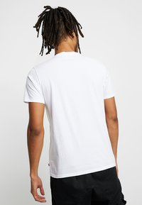 Levi's® - PEANUTES GRAPHIC SET IN NECK - T-shirts print - white - 2