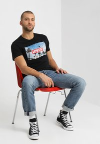 Levi's® - GRAPHIC SET IN NECK - T-Shirt print - mineral black - 1