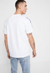 Levi's® - PRIDE RINGER - Print T-shirt -  white/rainbow - 2