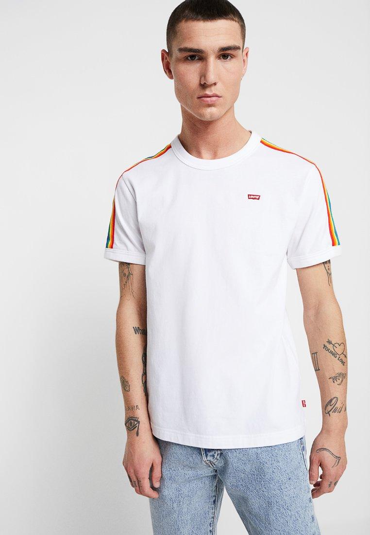 Levi's® - PRIDE RINGER - Print T-shirt -  white/rainbow