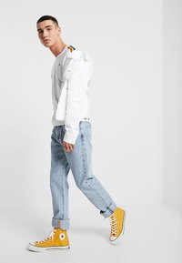 Levi's® - PRIDE RINGER - Print T-shirt -  white/rainbow - 1