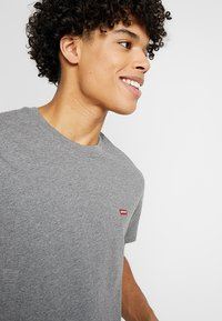 Levi's® - ORIGINAL TEE - Jednoduché triko - charcoal heather - 4