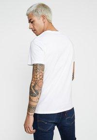 Levi's® - HOUSEMARK GRAPHIC TEE - T-shirt med print - white - 3