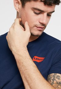 Levi's® - GRAPHIC IN NECK - Print T-shirt - dark blue - 3