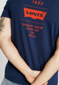 Levi's® - GRAPHIC IN NECK - Print T-shirt - dark blue - 5