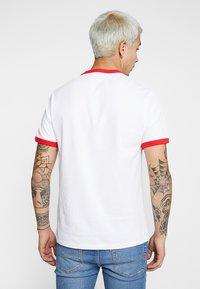 Levi's® - RINGER TEE - Triko spotiskem - white/brilliant red - 2