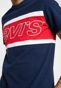 Levi's® - COLOR BLOCK TEE - Printtipaita - dress blues/white - 5