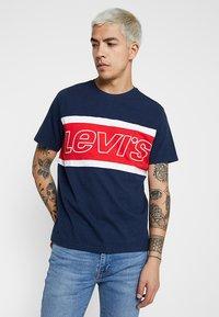 Levi's® - COLOR BLOCK TEE - Printtipaita - dress blues/white - 0