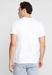 Levi's® - 2 HORSE GRAPHIC TEE - Camiseta estampada -  white - 2