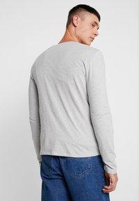 Levi's® - SLIM CREWNECK 2 PACK - Topper langermet - dress blues/ med grey heather - 3