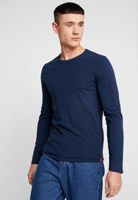 Levi's® - SLIM CREWNECK 2 PACK - Topper langermet - dress blues/ med grey heather - 2