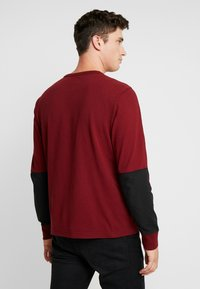 Levi's® - MIGHTY MADE TEE - Neule - warm cabernet/black - 2