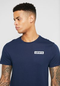 Levi's® - CREWNECK GRAPHIC 2 PACK - T-shirt print - white/dress blues - 4