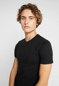Levi's® - SLIM CREWNECK 2 PACK - T-shirt basique - black - 4