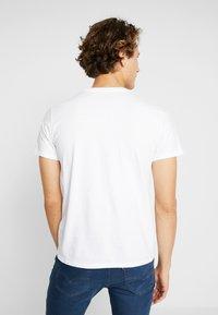 Levi's® - HOUSEMARK GRAPHIC TEE - T-shirt z nadrukiem - white - 2