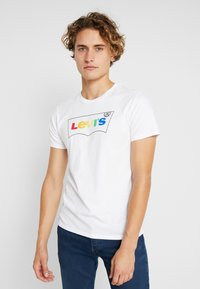 Levi's® - HOUSEMARK GRAPHIC TEE - T-shirt z nadrukiem - white - 0