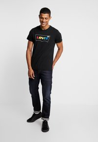 Levi's® - HOUSEMARK GRAPHIC TEE - Printtipaita - black - 1