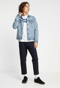 Levi's® - HOUSEMARK GRAPHIC TEE - Print T-shirt - indigo/white - 1