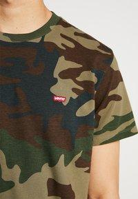 Levi's® - ORIGINAL TEE - Camiseta estampada - olive night - 5