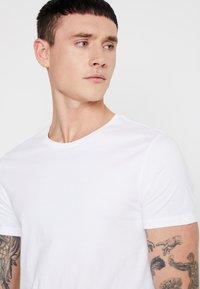Levi's® - CREWNECK 2 PACK - T-shirt imprimé - white/white - 4