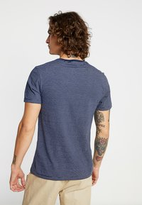 Levi's® - CREWNECK 2 PACK - T-shirt - bas - white/dark blue - 3