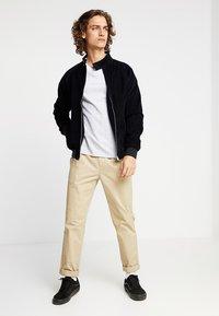 Levi's® - CREWNECK 2 PACK - T-shirt - bas - white/dark blue - 1