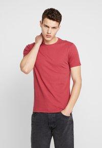 Levi's® - CREWNECK 2 PACK - T-shirt - bas - riverside/earth red - 1