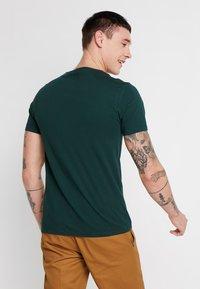 Levi's® - CREWNECK 2 PACK - Basic T-shirt - pine grove/warm cabernet - 3