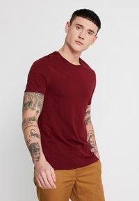 Levi's® - CREWNECK 2 PACK - Basic T-shirt - pine grove/warm cabernet - 2