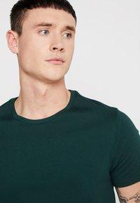 Levi's® - CREWNECK 2 PACK - Basic T-shirt - pine grove/warm cabernet - 4