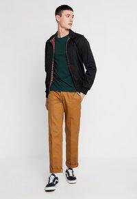 Levi's® - CREWNECK 2 PACK - Basic T-shirt - pine grove/warm cabernet - 1