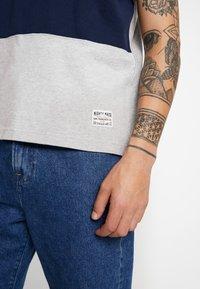 Levi's® - MIGHTY PIECED TEE - T-shirt med print - medium grey heather - 5