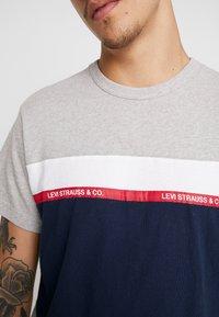 Levi's® - MIGHTY PIECED TEE - T-shirt med print - medium grey heather - 3