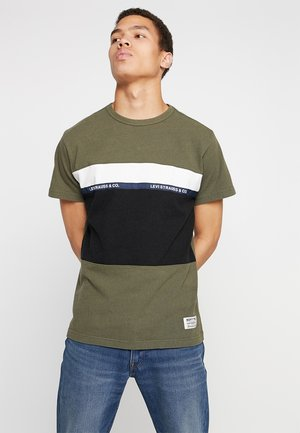 MIGHTY PIECED TEE - T-shirt con stampa - tape applique olive night/ black/ white