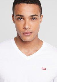 Levi's® - ORIGINAL V-NECK - T-shirt basique - white - 4