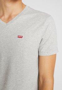 Levi's® - ORIGINAL V-NECK - Basic T-shirt - medium grey heather - 4